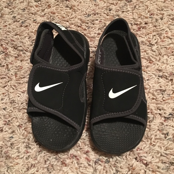 24e2d38c1ff5e6 NWOT Nike Boys Toddler Size 10C Velcro Sandals. M 5a9f37f08af1c510a6226a15